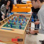 Il gioco si fa trendy: dal calcio balilla al biliardo, una febbre che coinvolge tutti.